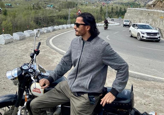 Bollywood Actor Producer Man Singh's Manali photos are being liked a lot by the Netizens on social media