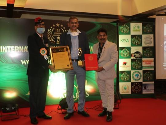 WEE Team Received Awards From Dr  Bharti Lavhekar And Namrata Thakker  Entrepreneurs Excel